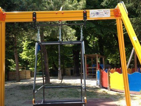 Lucchetti all'altalena per i bimbi disabili, la Teateservizi: è pericolosa